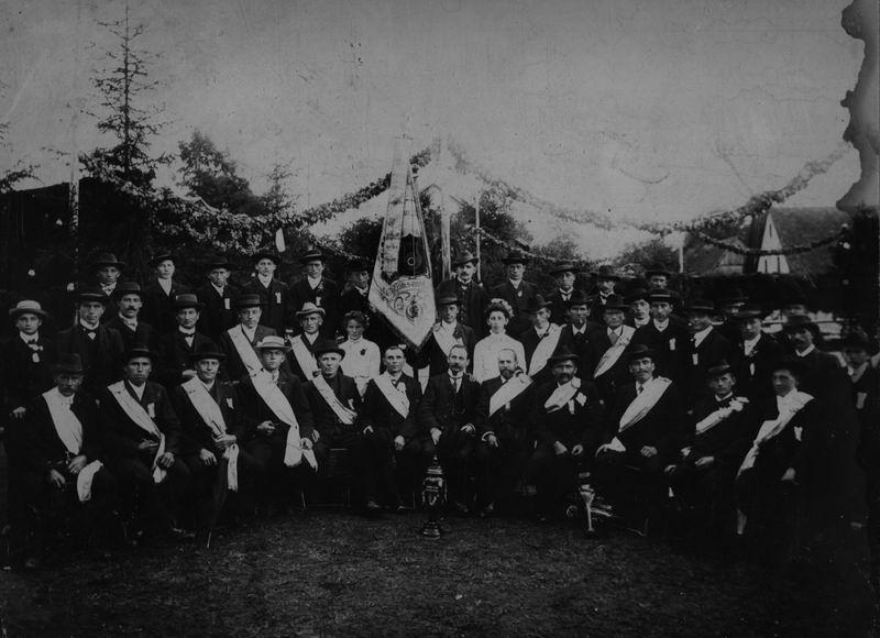 Fahnenweihe 1909 - der in der Bildmitte aufgestellte Gründungspokal befindet sich noch heute im Besitz des Gesangvereins.