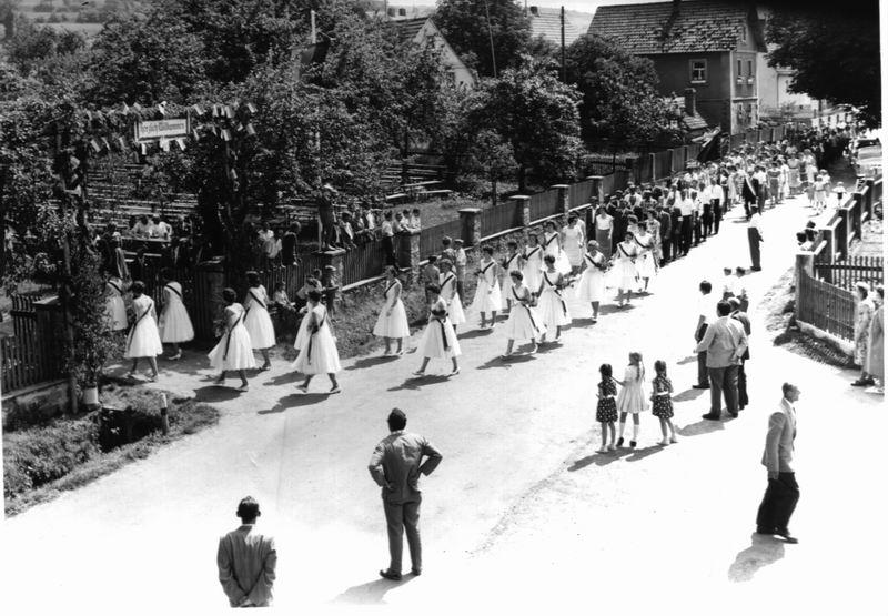 Festzug zur Fahnenweihe 1959 - Einmarsch in den Wirtsgarten